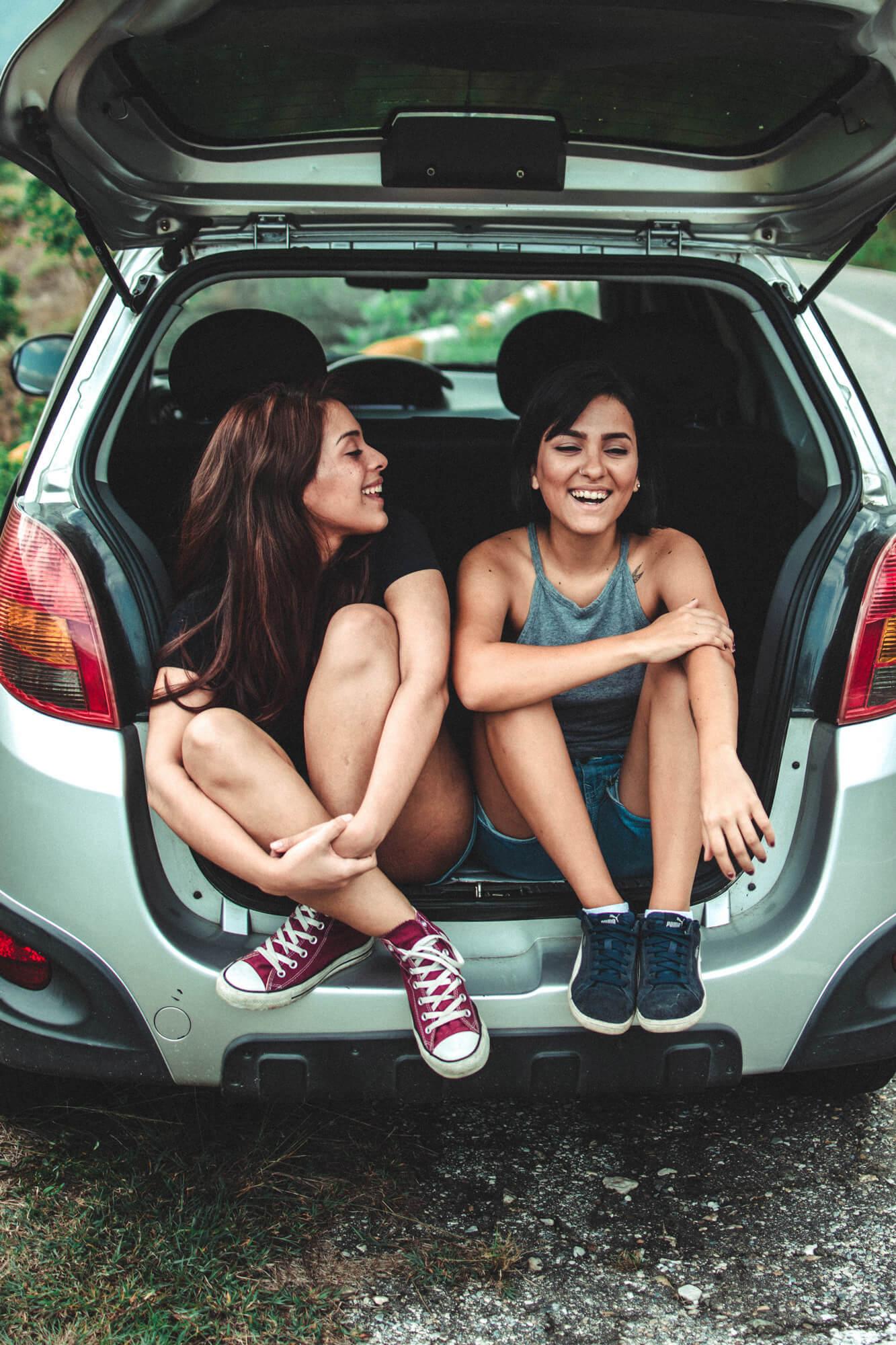 Chicas compartiendo coche